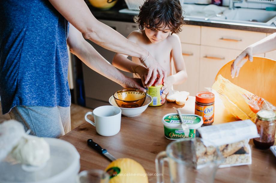 photographe famille grenoble vrai-vie petit-déjeuné